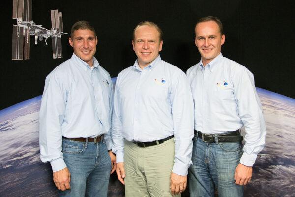 Posádka Sojuzu TMA-10M. Zleva - Michael Hopkins - Oleg Kotov - Sergej Rjazanskij