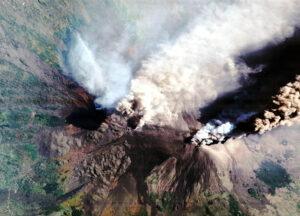 Italská sopka Etna chrlící kouř a popel dne 30. října 2002.