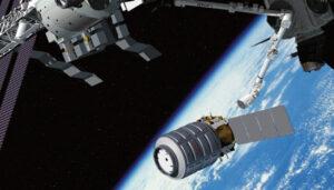 Cygnus domanévruje pár metrů pod ISS a vypne své motory. Tady ji zachytí staniční manipulátor.