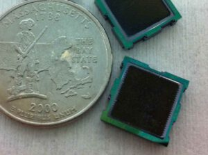 Srovnání velikosti pohonných jednotek mikroiotového motoru s mincí.