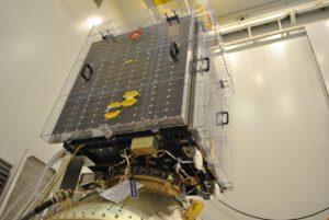 Proba-V s přístrojem SATRAM, který je vidět v pravé části podstavy. Je to ten malý zlatavý kvádr.