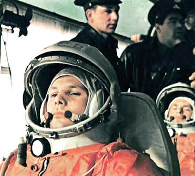 V autobuse cestou k rampě: Gagarin, za ním Titov, stojící Něljubov a Nikolajev