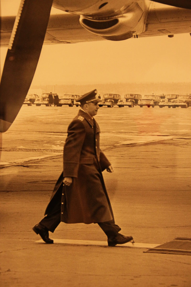 Gagarin kráčí po ploše letiště Vnukovo a snaží se nešlápnout si na tkaničku pravé boty