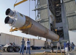 První stupeň rakety Atlas V označovaný jako CCB se právě vztyčuje do vertikální polohy.