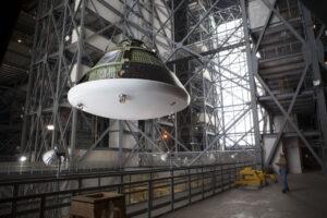 Maketa lodi Orion na jeřábech v hale VAB