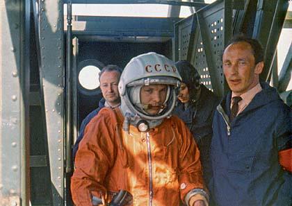 Gagarin a Oleg Ivanovskij na horním patře rampy v den startu