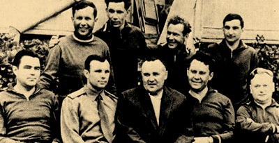 První šestka kosmonautů s Koroljovem (uprostřed), šéflékařem Karpovem (vpravo od Koroljova) a Nikolajem Nikitinem (zcela vpravo)