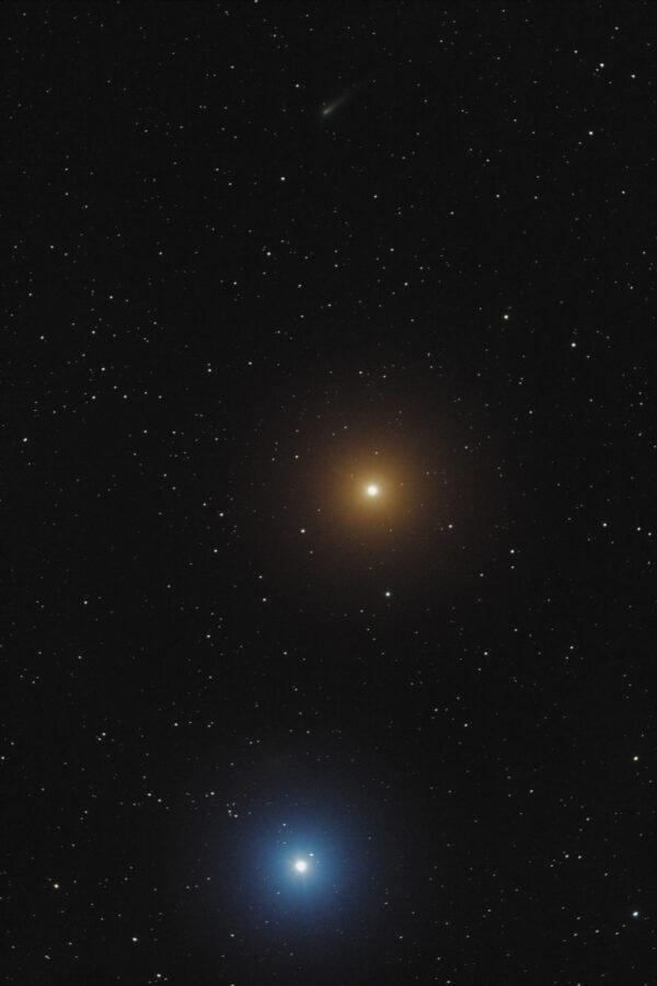 Popisek: Krásný snímek komety ISON (v horní části obrázku) při průletu kolem planety Mars a hvězdy Regulus pořízený 16. října naším astrofotografem Martinem Gembecem se dostal až na stránky http://www.spaceweather.com/ Autor fotografie: Martin Gembec