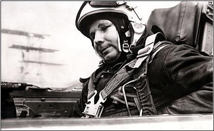 Gagarin v kabině MiGu nedlouho před osudným letem. Vliv špatné životosprávy je na jeho obličeji zřetelný...