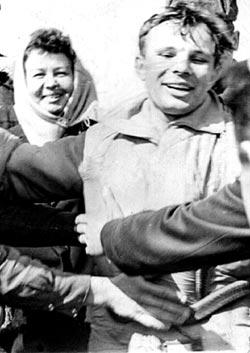 Rozesmátý Gagarin v obležení místních kolchozníků