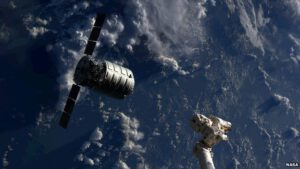Zásobovacia loď Cygnus pri ISS.
