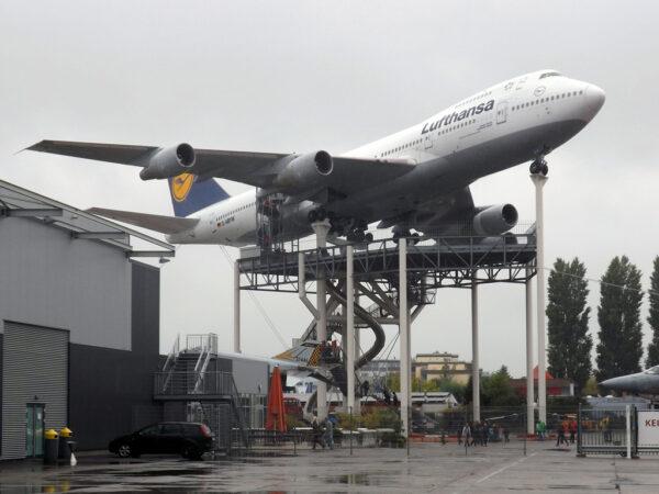Nejnápadnějším venkovním exemplářem je letoun Boeing 747 JumboJet  umístěný na vysokém podstavci.