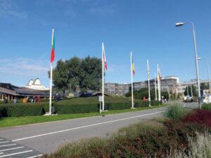 """Vlajky všech členských zemí ESA (česká nechybí). Miimochodem, víte, že se vlajky na noc stahují do dole umístěných """"odpadkových košů"""" aby tolik netrpěly nárazy větru?"""
