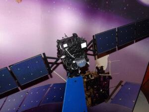 Model sondy Rosetta letící ke kometě Churyumov-Gerasimenko
