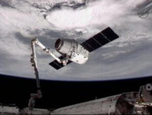 Dragon sa pripája k ISS pomocou kanadskej robotickej ruky.