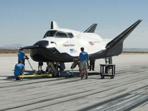 Na zkušebním exempláři miniraketoplánu Dream Chaser probíhají poslední úpravy před prvním samostatným letem.