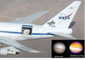 detail rozšířené zadní části trupu 747SP s detektorem SOFIA. V pravé dolní části obrázku planeta Jupiter ve viditelném a infračerveném oboru.
