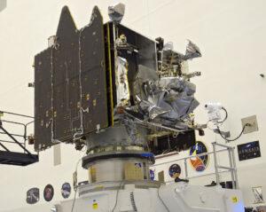 Sonda MAVEN ve složeném stavu - povšimněte si magnetometrů na konci solárních panelů.