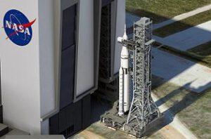 Raketa SLS na plošině MLP opouští montážní halu VAB (zatím jen jako počítačová vizualizace).