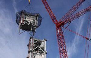 Stavba věže pro raketu Ares I na plošině MLP. Rok 2009