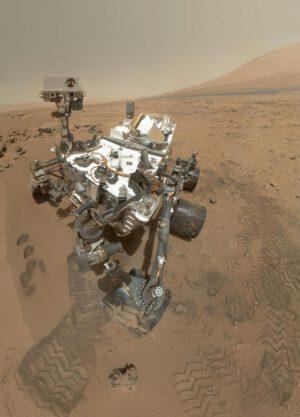 Vozítko Curiosity na Marsu se naštěstí nebude muset vypínat (alespoň prozatím).