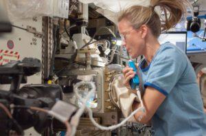 Karen Nybergová při práci na experimentu ACE-1