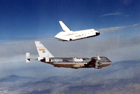 Zkušební raketoplán Enterprise se odděluje od nosného letounu a čeká jej samostatný let - fotka stará více než 30 let.