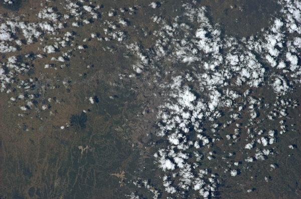 Pod mraky, které vypadají jako chomáče vaty je etiopské hlavní město Addis Abeba