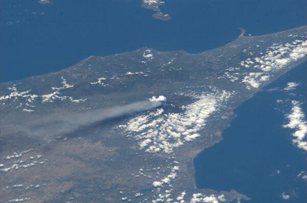 Doutnající Etna