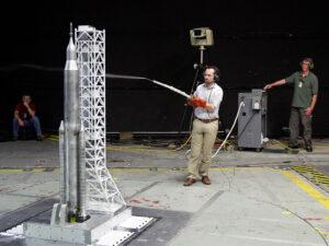 Příprava zmenšeného modelu rakety SLS pro zkoušky v aerodynamickém tunelu.