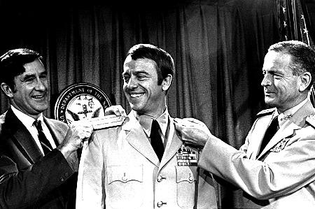 Shepard dostává kontradmirálské frčky
