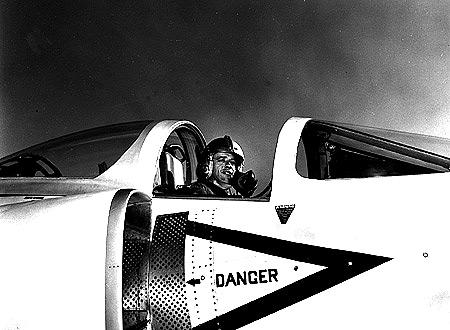 Shepard v kokpitu Grummanu F-11 Tiger