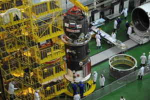 Progress-M 21M ještě před připojením k raketě během přípravy v hale