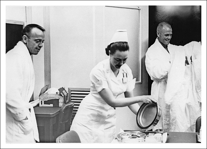 Shepard (vlevo) a Glenn u snídaně 5. května 1961