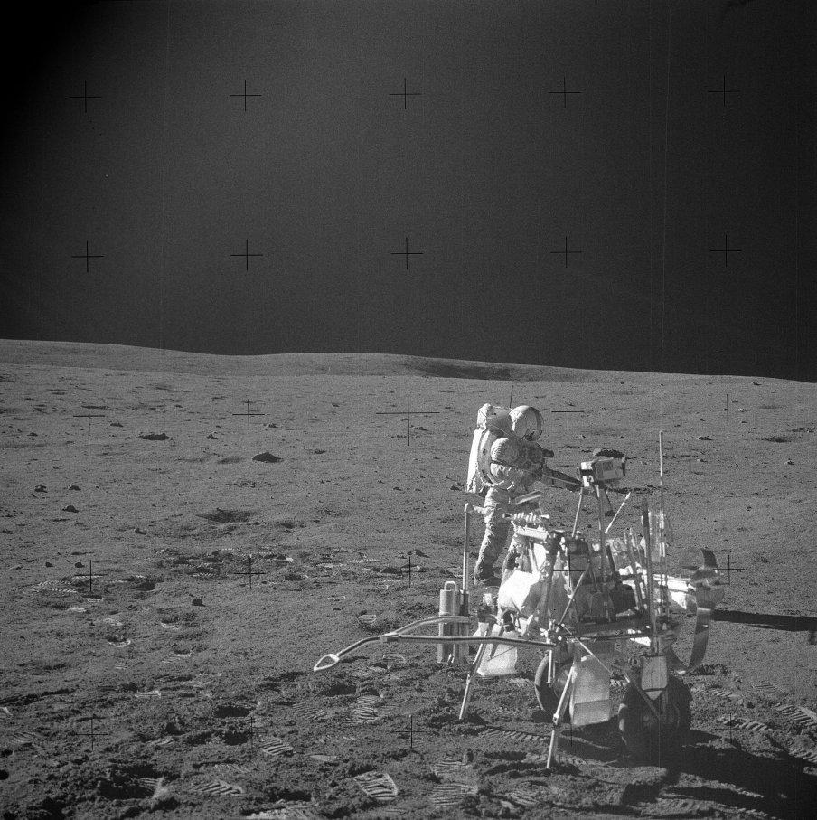 """MET- """"Měsíční rikša"""" se Shepardem v pozadí"""