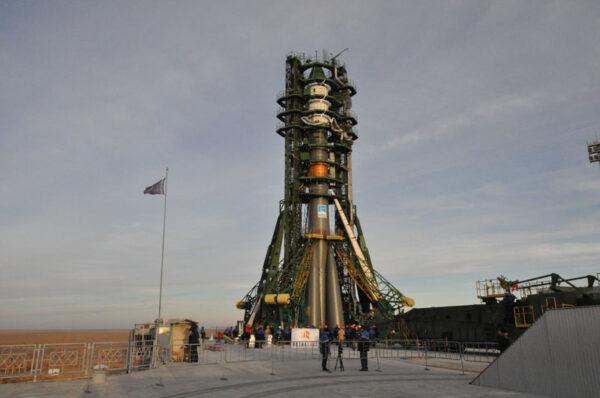Raektu Sojuz zatím ze dvou stran zahaluje obslužná věž, která umožňuje technikům během předstartovních příprav přístup ke všem místům nosiče.