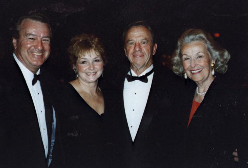 Alan a Louise Shepardovi (vpravo) v polovině 90. let