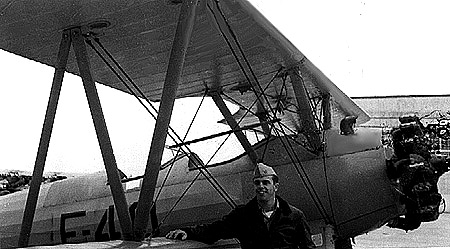 Hrdý pilotní žák Shepard před Boeingem Stearman