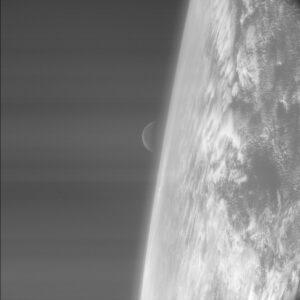 Úžasná fotografie Země s Měsícem během prvního průletu Rosetty v roce 2005.