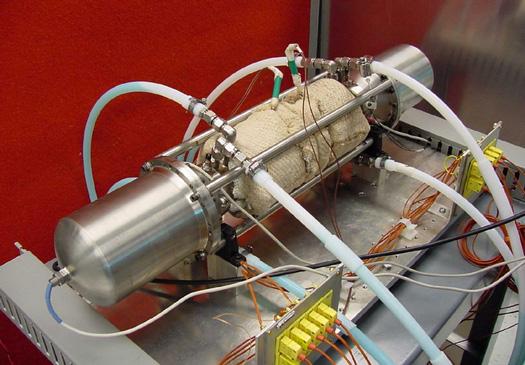 Testovací trubice, ve které jsou uloženy písty ASRG.