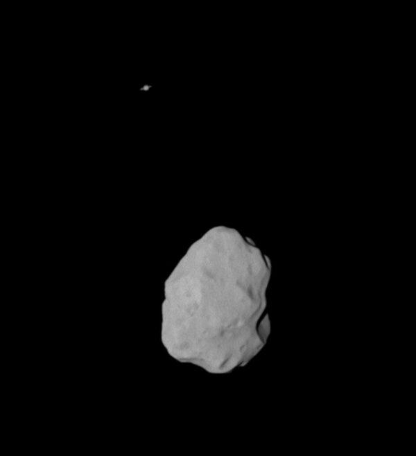 Tato úchvatná fotografie byla pořízena kamerovým systémem OSIRIS ze vzdálenosti 36 000 km od planetky a kromě ní na fotce můžeme spatřit i planetu Saturn s jejími prstenci.
