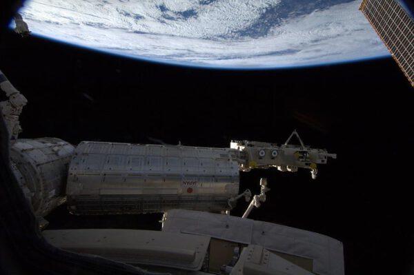 Pod japonským modulem Kibó ubíhá zamračená Země