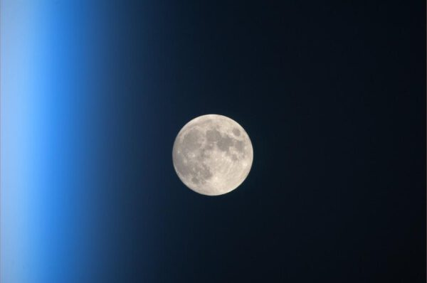 Věrný souputník planety Země je nízko nad obzorem, vlevo jsou dobře vidět horní vrstvy zemské atmosféry