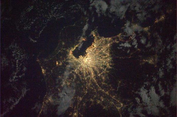 Nad Japonskem je sice noc, ale Tokyo září do tmy