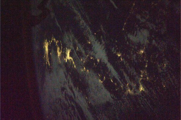 Celkový pohled na japonské souostroví během noci