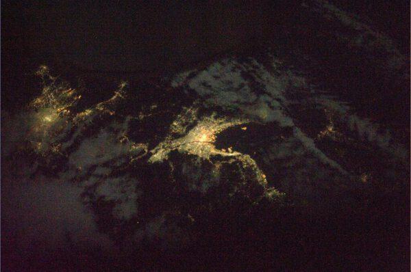 Noční snímek japonského regionu Kansai