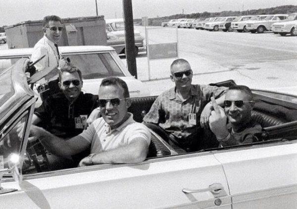 Gordon Cooper sedí za volantem, Elliot See na místě spolujezdce. Neil Armstrong se usadil na zadním sedadle a Gus Grissom dává jasně najevo, co si o fotografovi myslí :-)