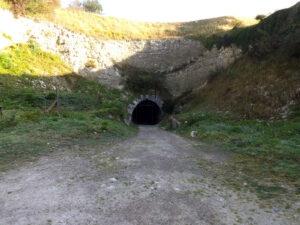 Vstup do podzemního tunelu - shora je krytý mocnou vrstvou skály