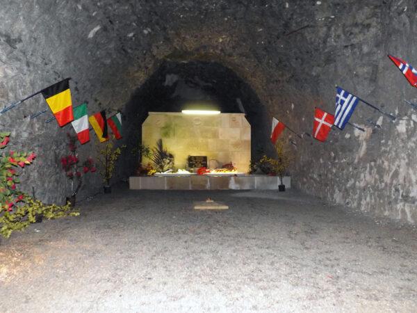 jeden z podzemních památníků padlým vojákům