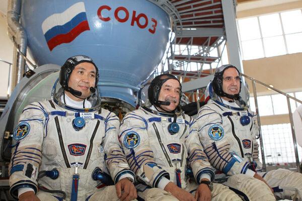 Společná fotka posádky Sojuzu TMA-11M. Zleva: Wakata - Ťurin - Mastracchio